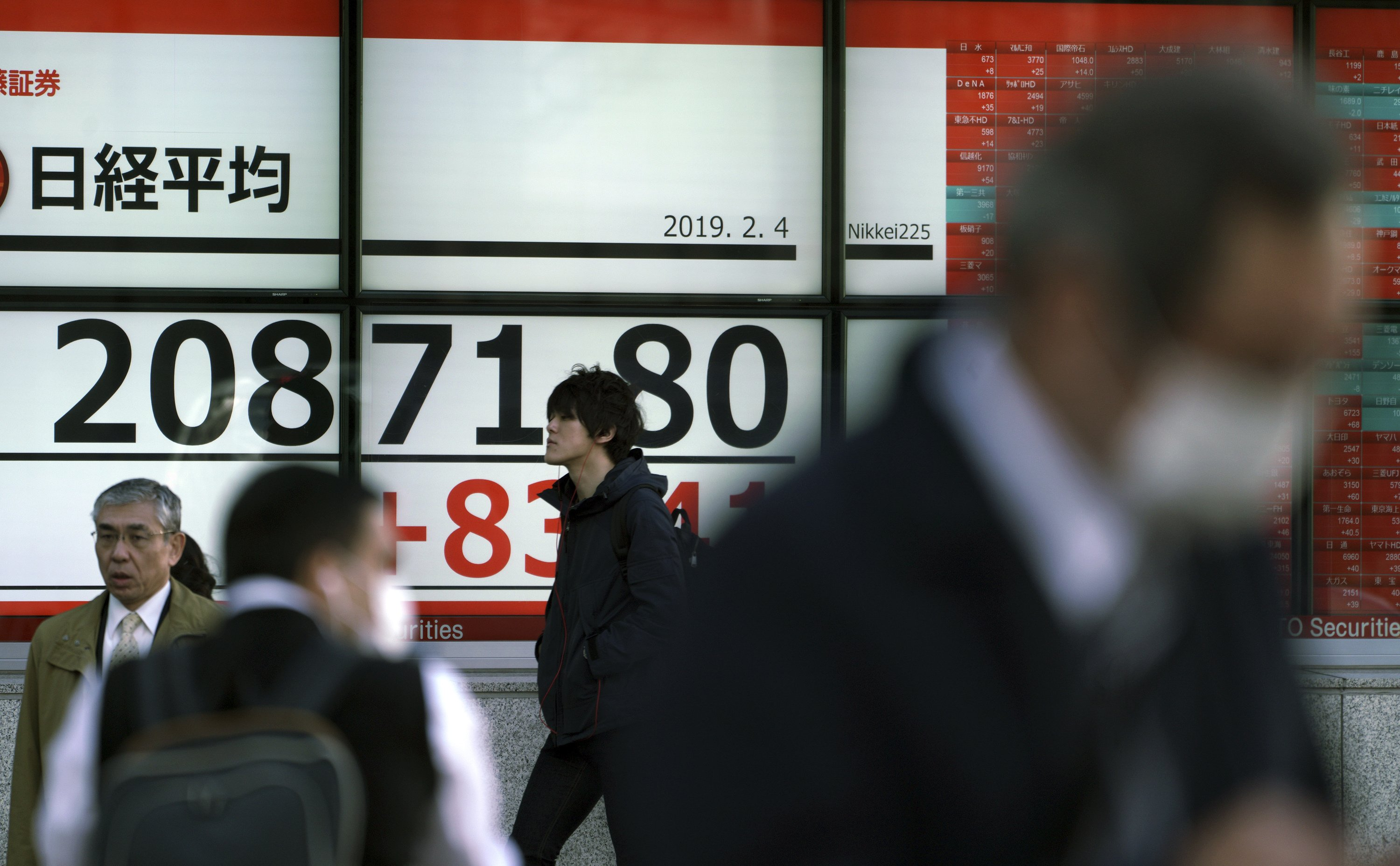 Asian stocks mixed on US-China fears at start of quiet week