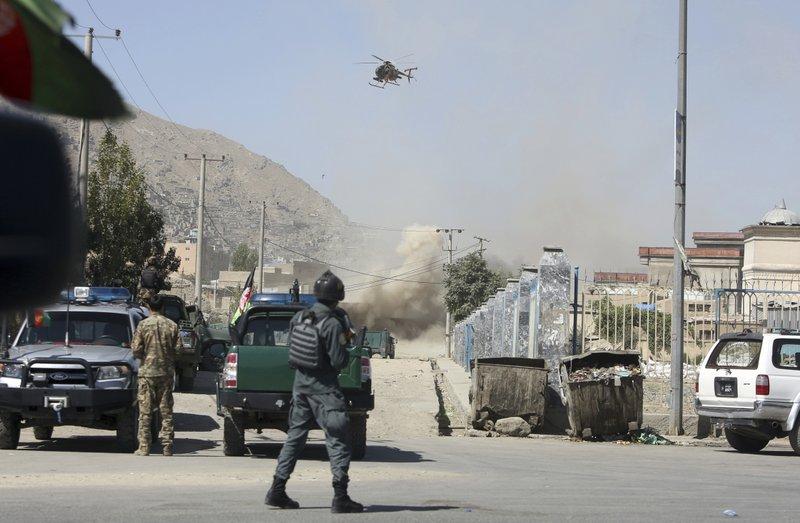 Talibanes lanzan cohetes hacia sede presidencial en Afganistán (apnews.com)