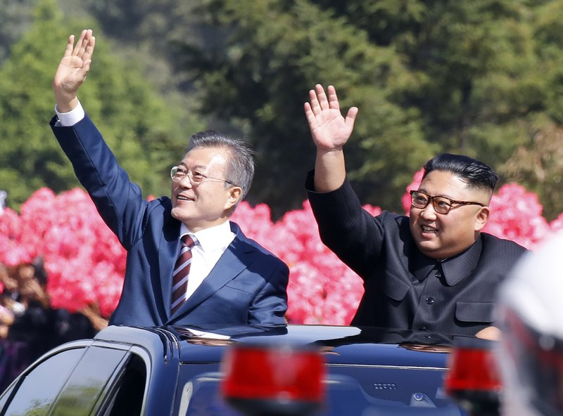 Two Koreas' leaders in mountain show of unity