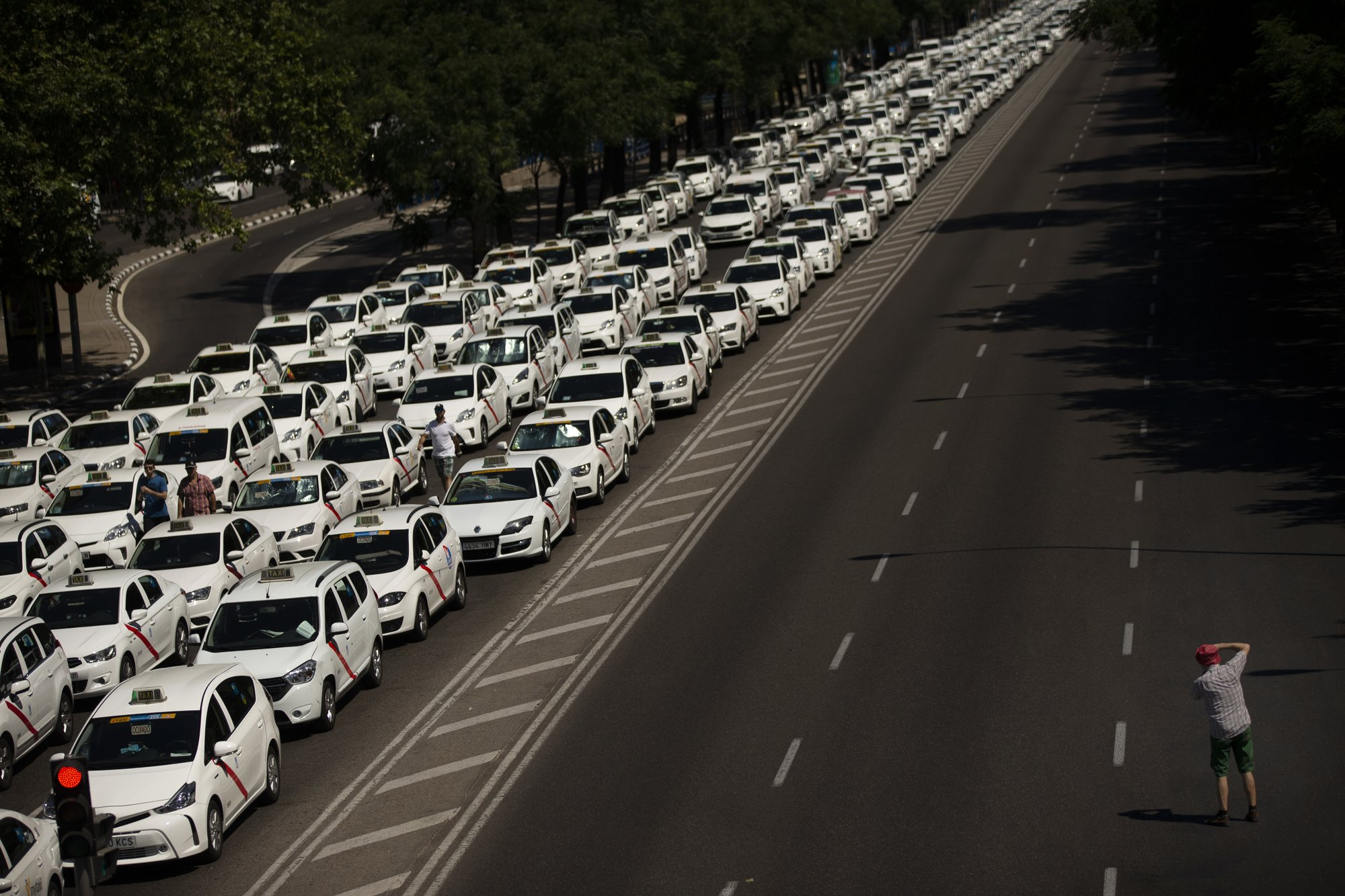 Spain: Taxi drivers block streets over ride-hailing services