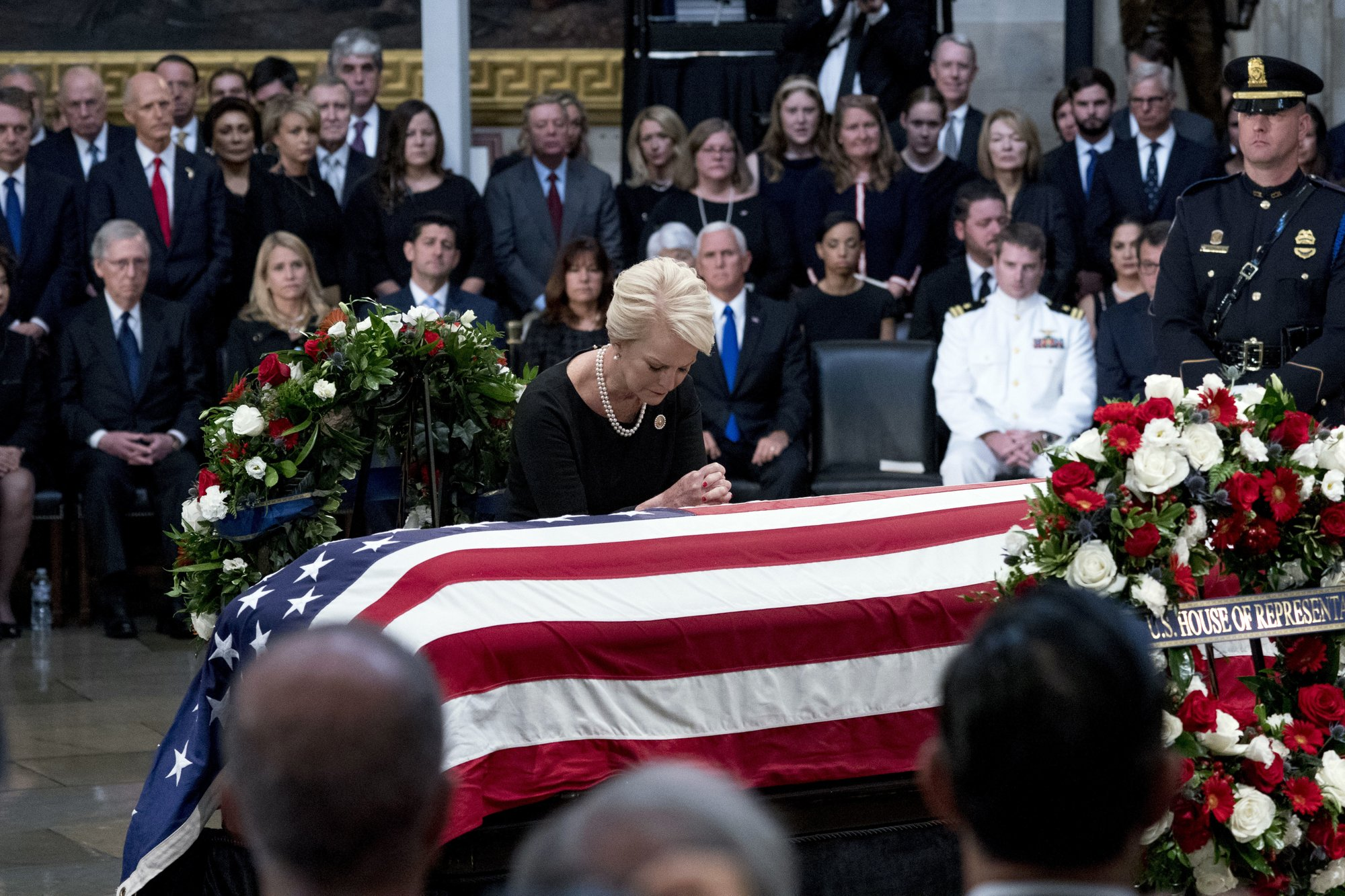 The Latest Thousands Line Up To Pay Tribute To Mccain