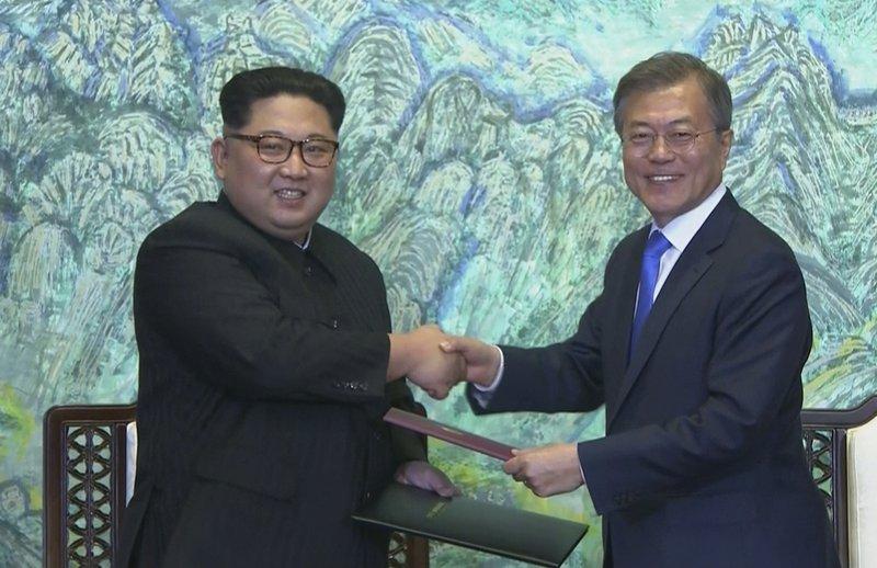 Moon Jae-in, Kim Jong Un