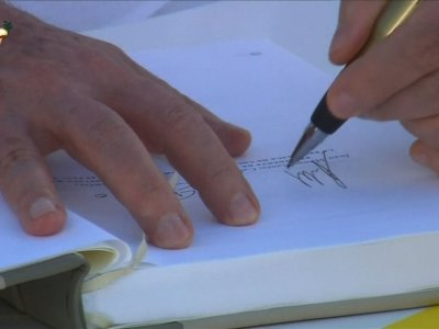Raw: Colombia, FARC Sign Historic Peace Deal