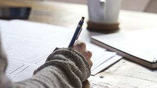 不計SBA,DSE英文Paper1 to Paper4加起來總分為85分。Paper2佔25分,Paper3的Extended Writing約佔該卷的一半分數,即15分。所以Writing + Extended Writing的分數實際就是佔DSE英文四份卷加起來總分的40/85=47%!所以,認知Writing + Extended Writing的解題技巧實屬非常重要!