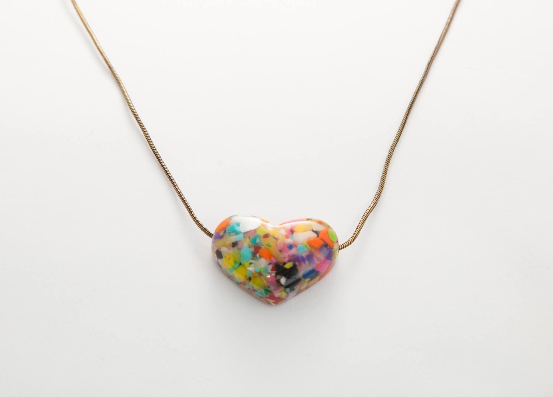 Colar coração colorido