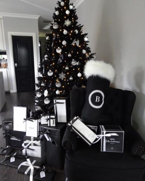 Albero Natale Nero Con Palline Fiocchi Di Neve E Stelle Bianche E Argento