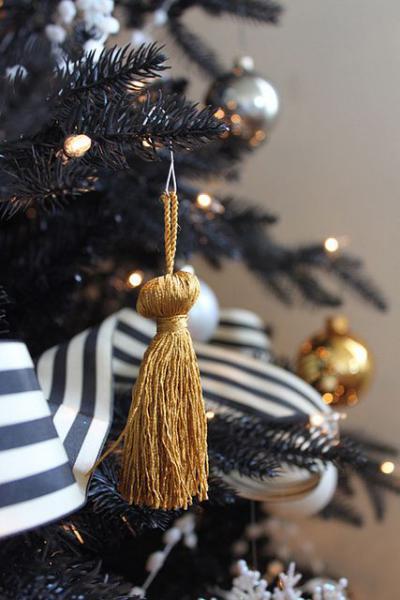 Decorazioni Oro Con Nastri Bianchi E Neri Su Albero Di Natale Nero
