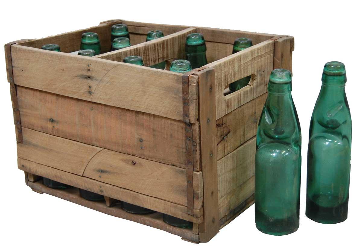 TRADEMARK LIVING trkasse - genbrugstr, m. 12 flasker af grnt glas (26x37)