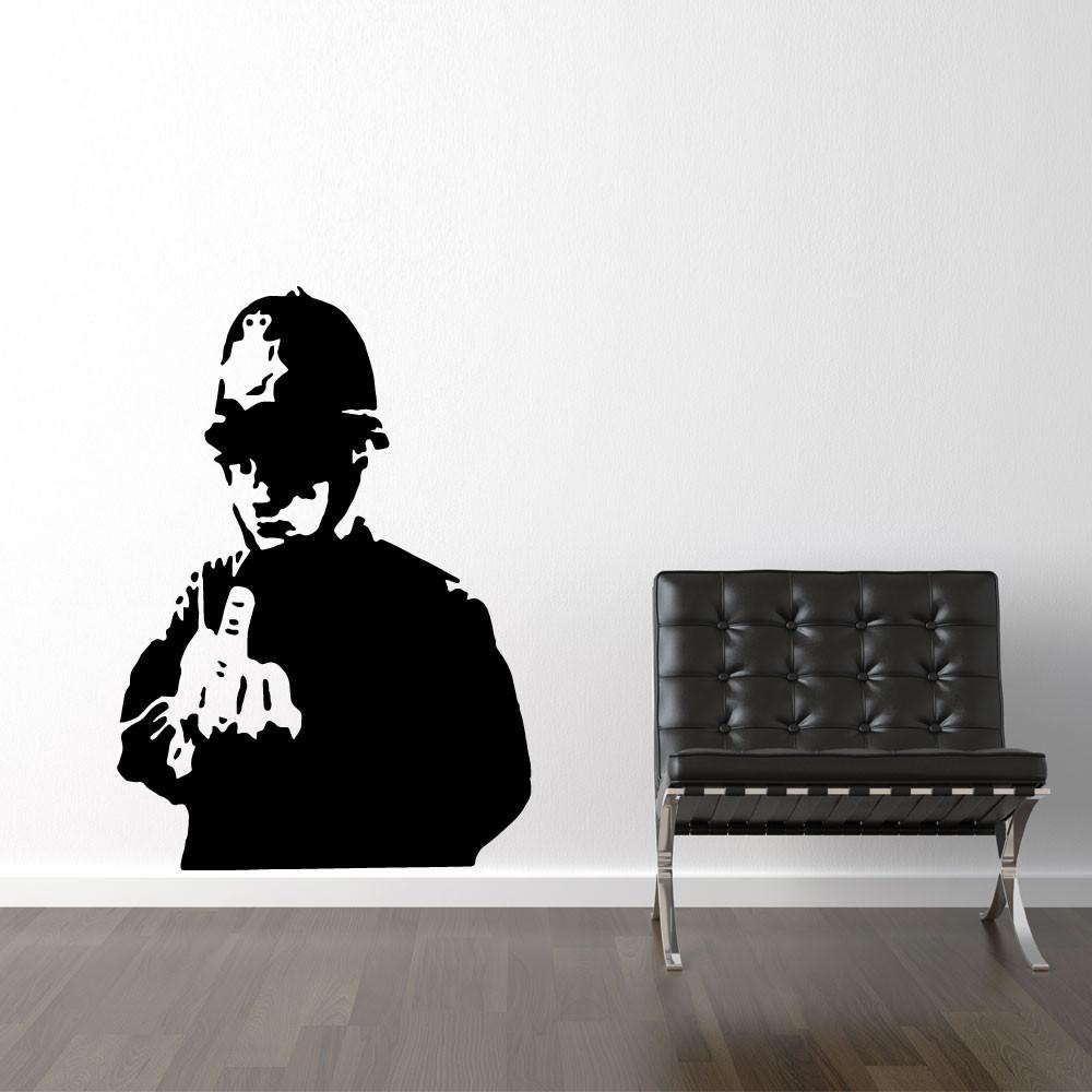 Betjent giver fingeren - Banksy