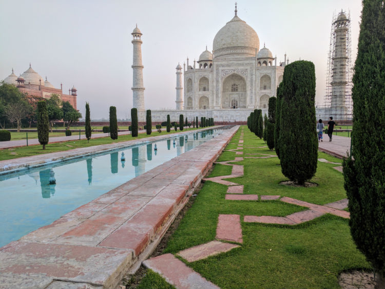 The famous pond in front of the Taj Mahal