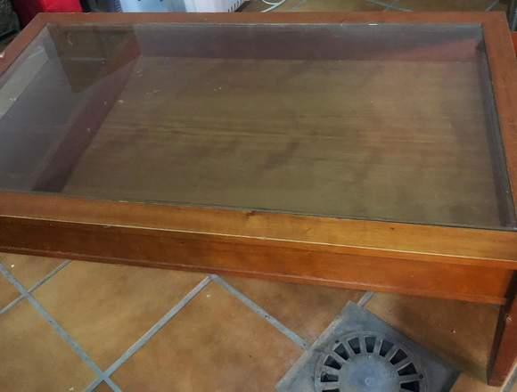Mesa de salón de madera con cristal templado
