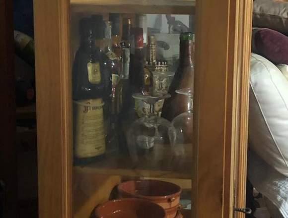 Vitrina de madera de nogal con puertas de cristal