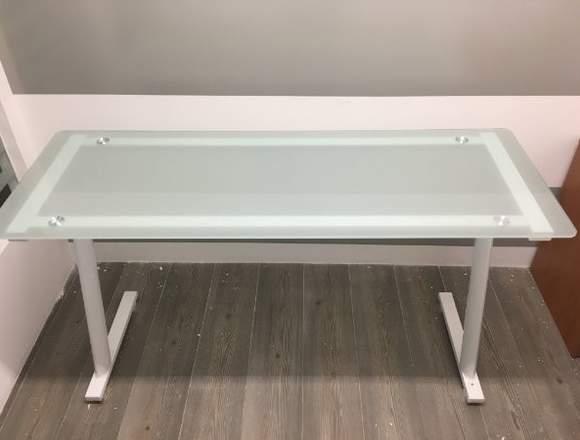 pizarrones, mesas de trabajo, escritorios, sillas