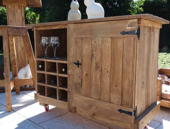 Mueble de madera nuevo con botellero