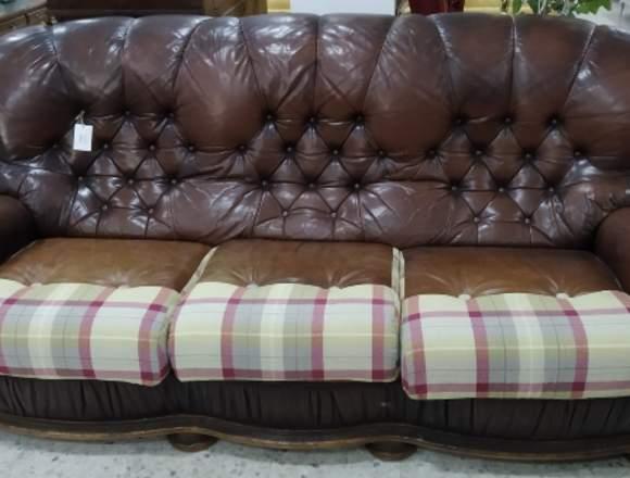 sofa en piel y tela de cuero y cuadros