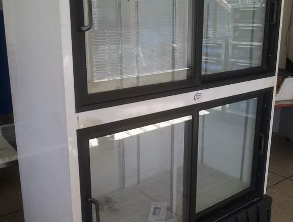 Nevera exhibidora vertical cuatro puertas