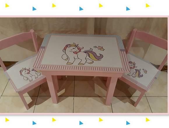 mesita infantil + 2 sillas tapizadas con vinilos