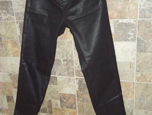 Pantalon negro tipo Jeam marca MANGO