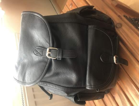 Mochila polipiel negra marca Stradivarius