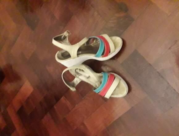 Sandalias blancas con rojo y turquesa
