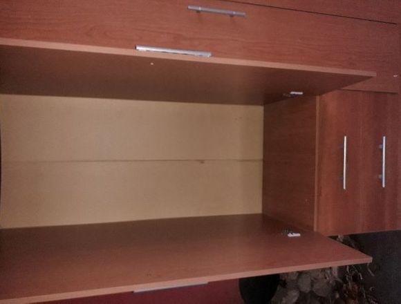 Closet usado de madera enchapada.