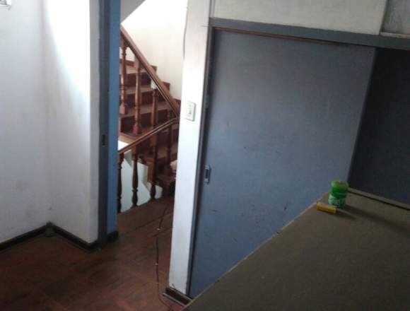 Casa de tres pisos seis habitaciones cuatro baños