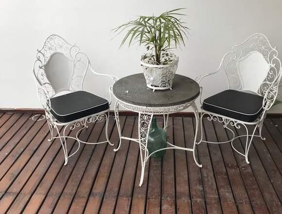 Mesa redonda y 2 sillas de hierro forjado