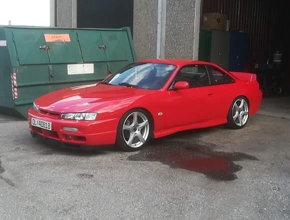 El auto Nissan se vende a buen precio.