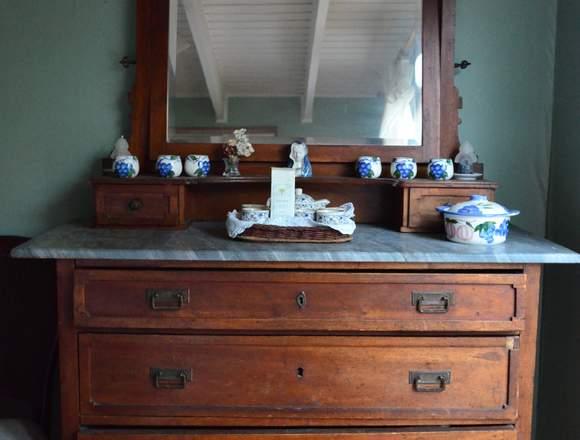 Cómoda con cubierta de mármol y espejo biselado