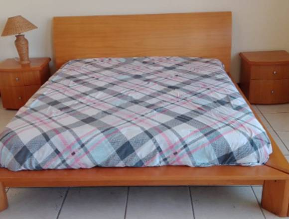 Cama matrimonial con mesas de noche y colchón