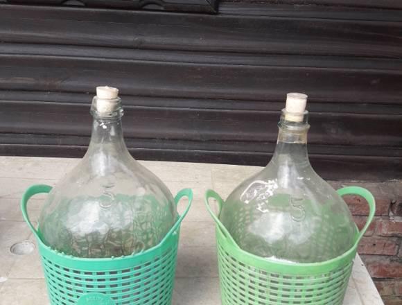 Damajuanas 5 litro con canasto. 100 pesos cada una