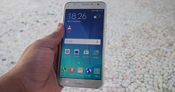 samsung-galaxy-j7-front-in-hand