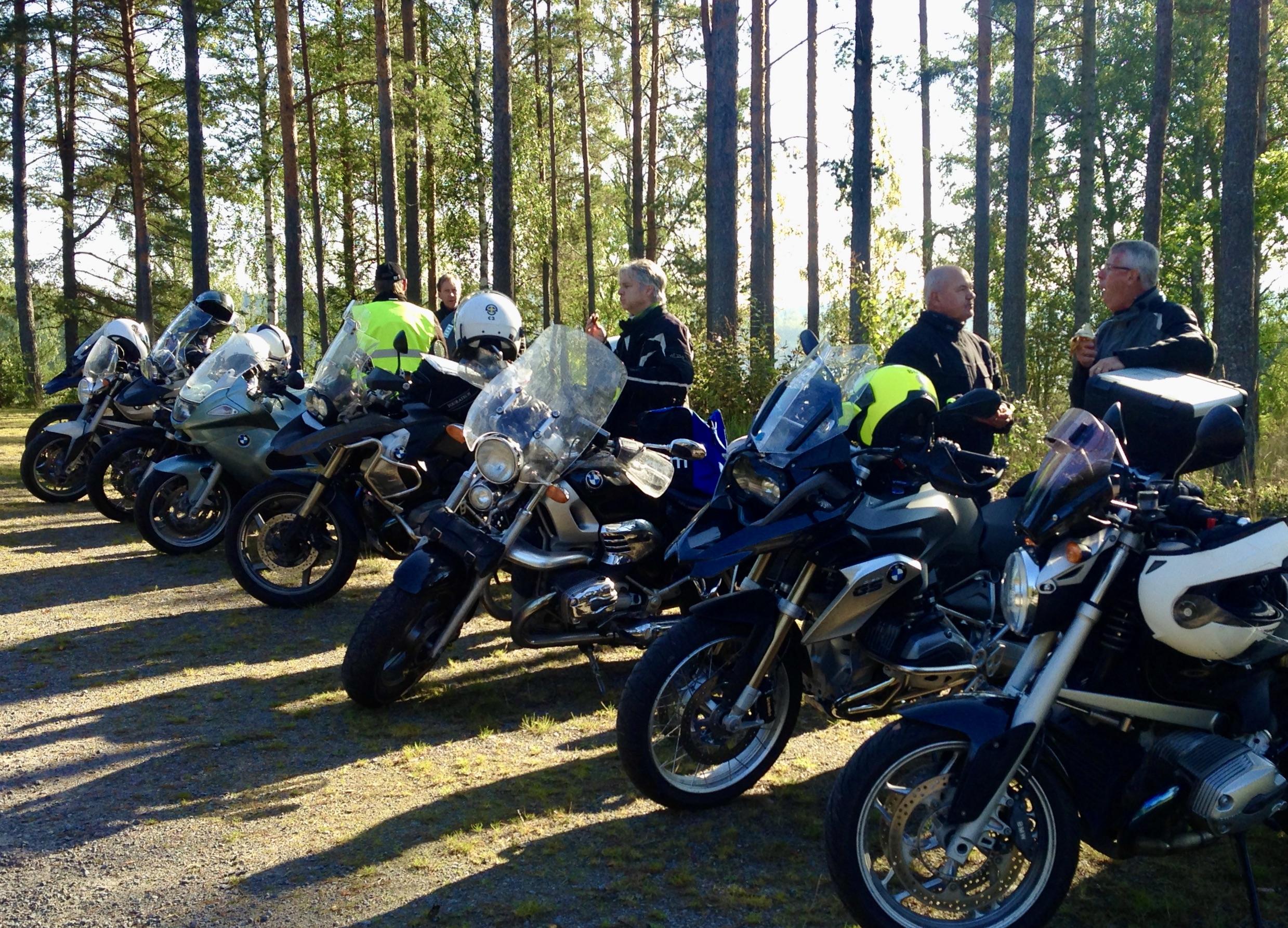 Motorcyklar uppstälda på rad