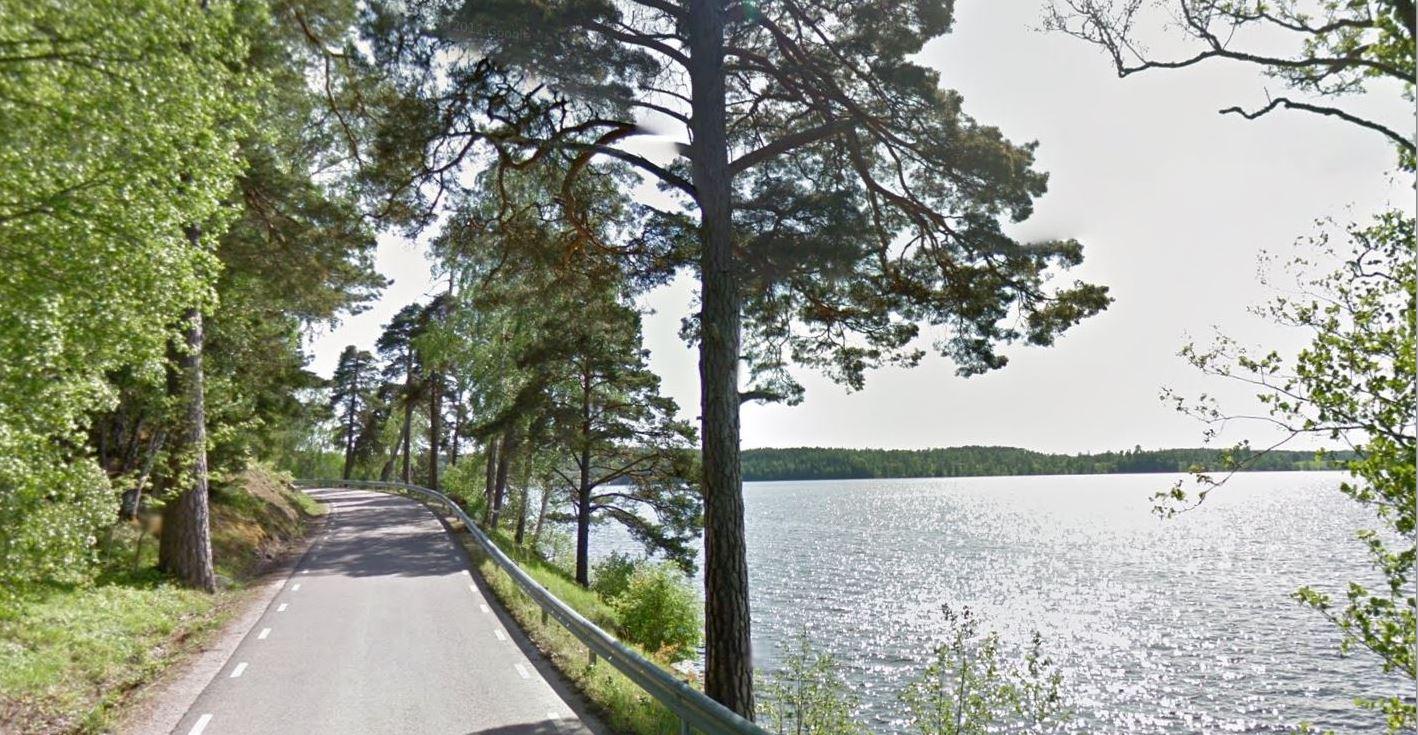 Mysig väg bredvid Sjö