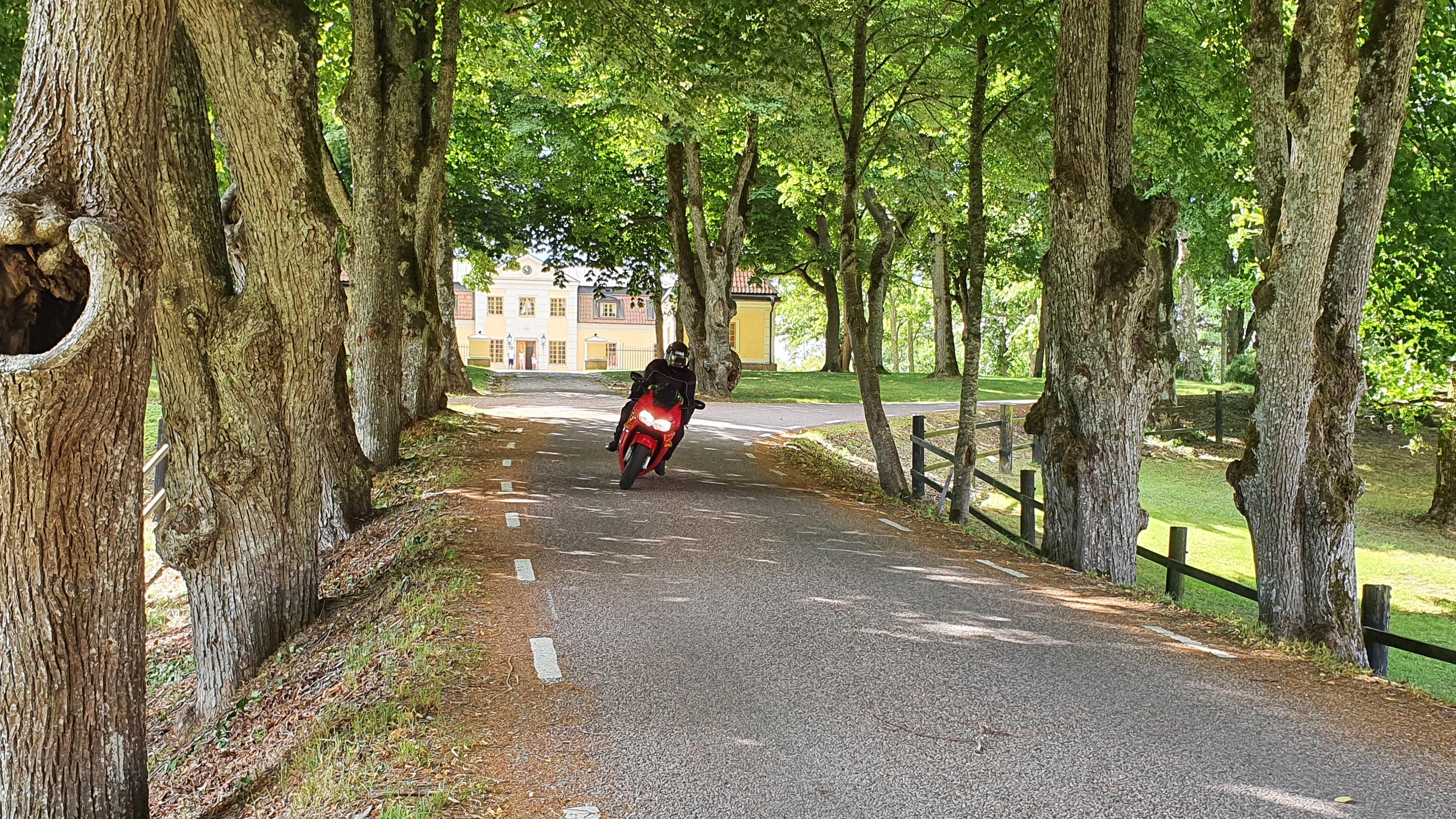 Tärnö, allé med motorcykel framför herrgård