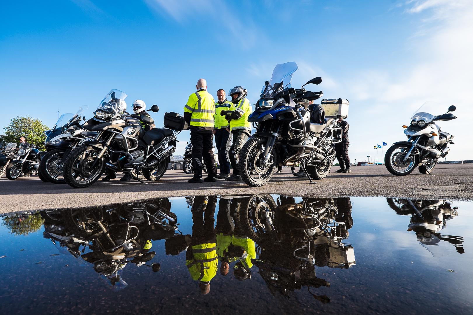 Bmw motorcyklar som avspeglas i vatten