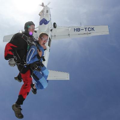 Fallschirm-Sprung als Überraschungs-Geschenk