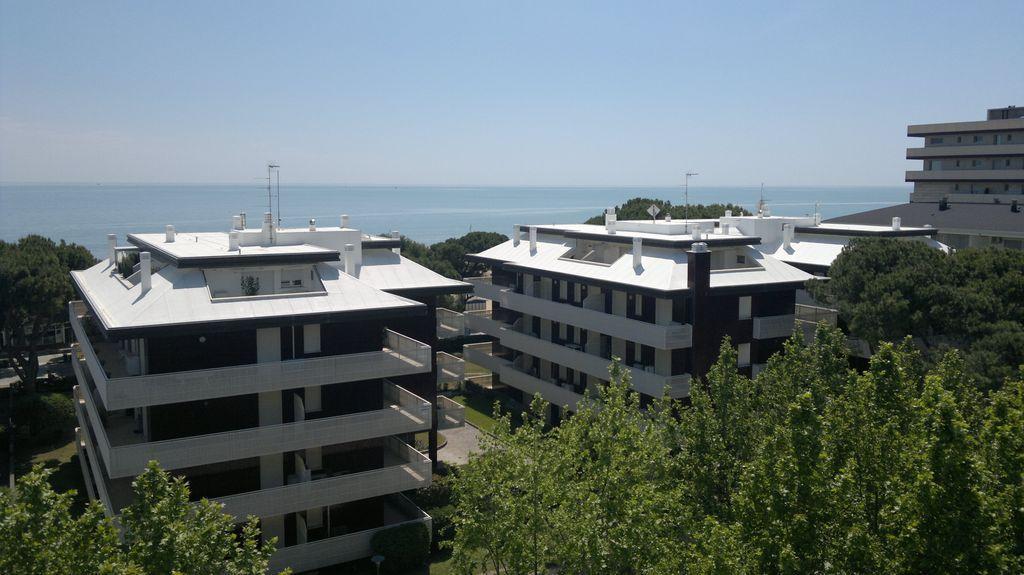 Wit dak met uitzicht op zee