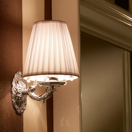 Sharm wandlamp met witte stoffen kap en kristal pegels