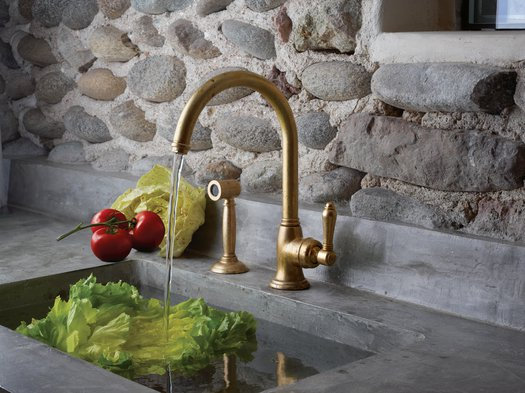 Single-lever mixer with hand shower for the rustic kitchen