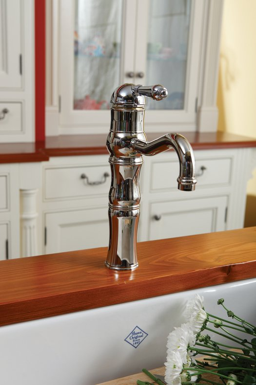 Vintage kitchen faucet with swivel spout
