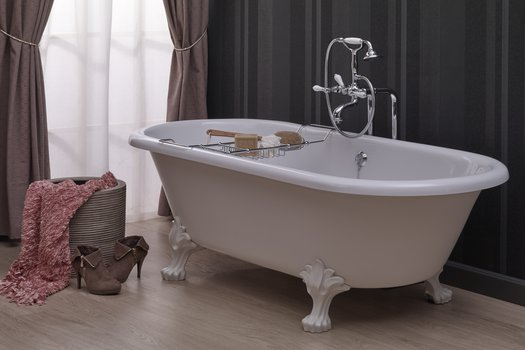 Freestanding Winston bathtub with feet for the country bathroom