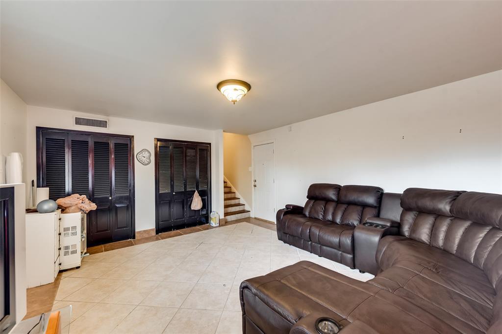 11615 Rogue Way, Dallas, Texas 75218 - acquisto real estate best realtor foreclosure real estate mike shepeherd walnut grove realtor