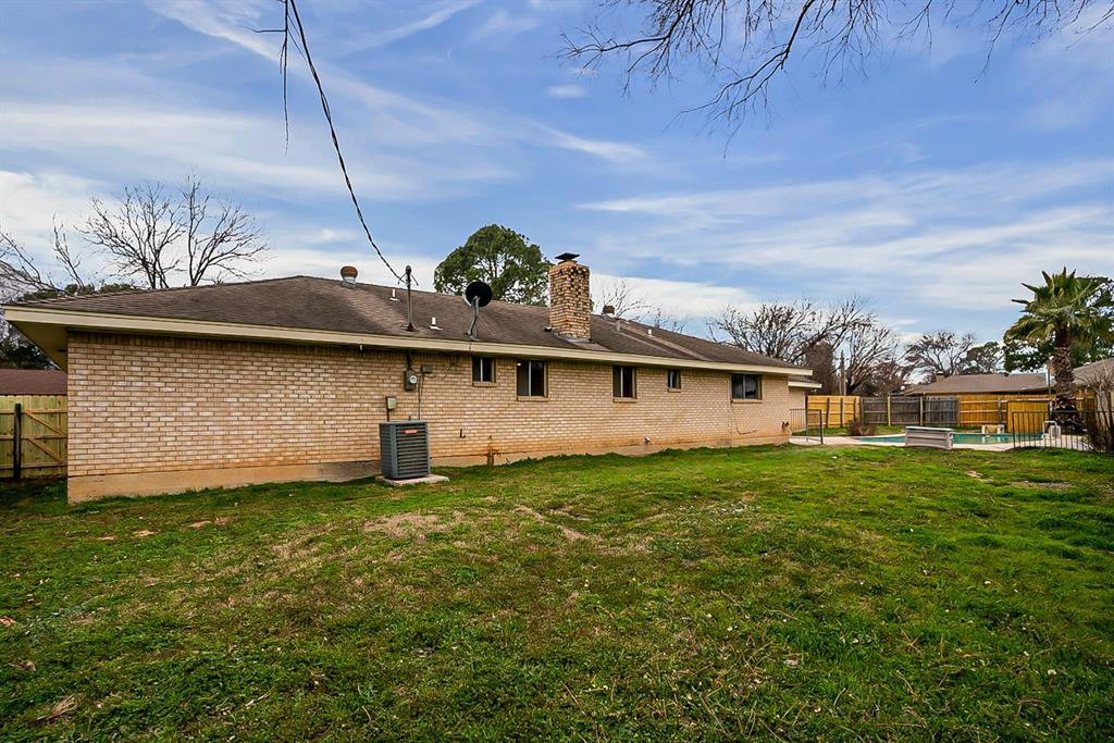 915 Pinehurst Drive, Arlington, Texas 76012 - acquisto real estate best realtor foreclosure real estate mike shepeherd walnut grove realtor