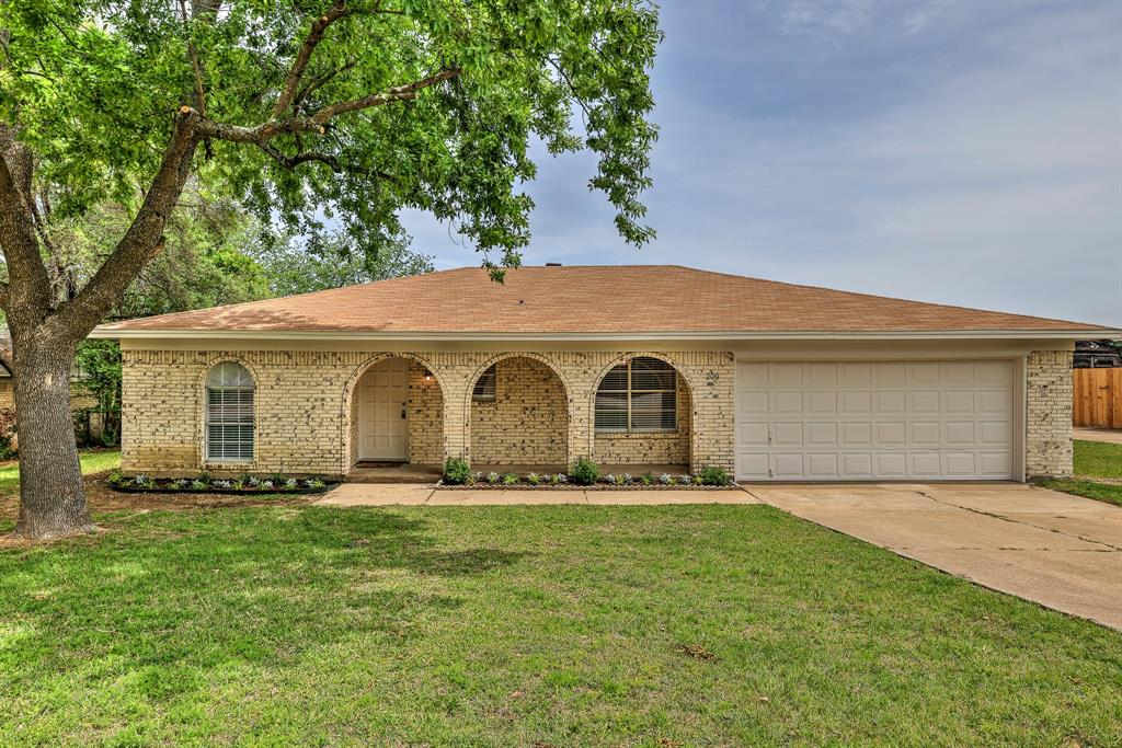 200 Lochness  Lane, Benbrook, Texas 76126 - Acquisto Real Estate best plano realtor mike Shepherd home owners association expert