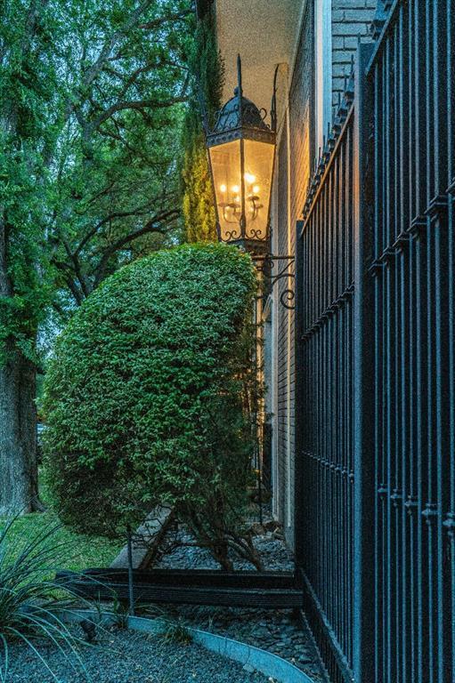 10209 Regal Oaks  Drive, Dallas, Texas 75230 - acquisto real estate best negotiating realtor linda miller declutter realtor
