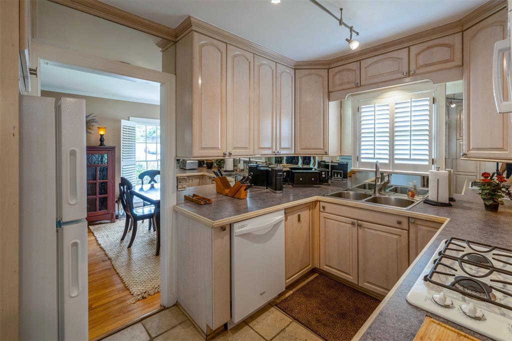 1154 Edgefield  Avenue, Dallas, Texas 75208 - acquisto real estate best luxury buyers agent in texas shana acquisto inheritance realtor
