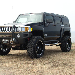 2006 Hummer H3 with ARIES 3-inch round side bars