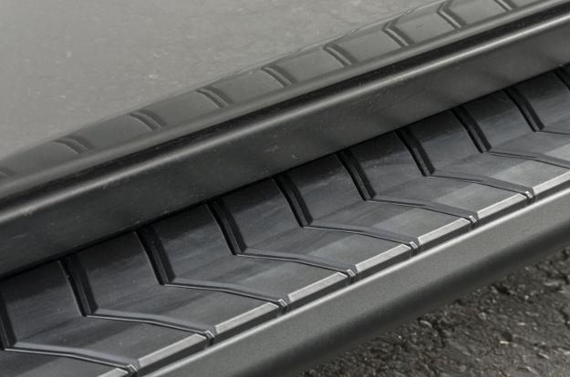 ARIES AeroTread® SUV running boards non-skid treads