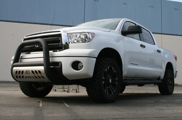 Custom 2013 Toyota Tundra with ARIES Big Horn™ and Big Steps™